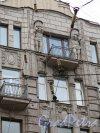Невский пр., д. 95. Доходный дом Г. Г. Гесселя, арх. Л.М. Харламов. Оформление фасада верхних этажей средней части. фото июль 2015 г.