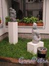 Лиговский пр., д. 33-35. Дом А. Г. Каплуна и А. А. Каплуна, нач. 19 в. Хостел «Графитти». Садовая скульптура. фото июль 2015 г.