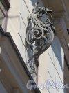 Большой пр., П.С., д. 18/ Пионерская ул., д. 6. Доходный дом Н. Я. и Ф. Я. Колобовых, Декоративный флагодержатель. фото июль 2015 г.