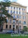 Большой пр., В.О., д. 13. Административное здание в 5 этажей, 1950-е, арх. Б.М. Серебровский. Общий вид фасада. фото август 2015 г.