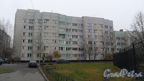 Комендантский проспект, дом 40, корпус 3. 4-6-9-этажный жилой дом серии 600.11 1989 года постройки. 9 парадных. 279 квартир. Фото 6 ноября 2015 года.