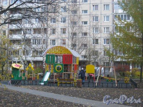пр. Маршала Жукова, дом 47. Детская площадка во дворе дома после реконструкции. Фото 27 октября 2015 г.