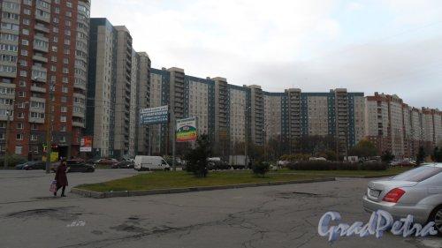 Комендантский проспект, дом 32, корпус 1. 16-этажный жилой дом 137 серии 1989 года постройки. 7 парадных. 553 квартиры. Фото 13 ноября 2015 года.