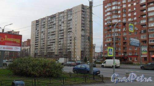 Комендантский проспект, дом 29, корпус 1. 17-этажный жилой дом 137 серии 1989 года постройки. 2 парадные. 370 квартир. Фото 13 ноября 2015 года.