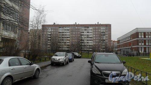 Комендантский проспект, дом 31, корпус 3. 10-этажный жилой дом серии 504Д 1988 года постройки. 4 парадные. 169 квартир. Фото 20 ноября 2015 года.