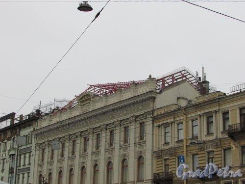 Невский пр., дом 48. Ремонт крыши здания универмага «Пассаж» (надстройка мансарды?). Фото 3 декабря 2015 года.