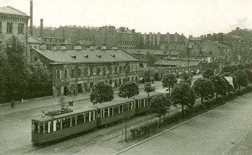 Лиговский пр. дом 48 (двухэтажное здание) и дом 50 (забор). Поезд из трамвайных вагонов МС+ПС+ПС. Фото 1963 года