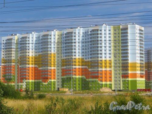 Жилой комплекс «Новая Охта». Проспект Маршака, дом 16 корпус 3. Общий вид жилого дома. Фото 6 августа 2015 года.