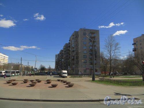 Проспект Ветеранов, дом 158. Общий вид жилого дома со стороны улицы Пограничника Гарькавого. Фото 23 апреля 2014 года.