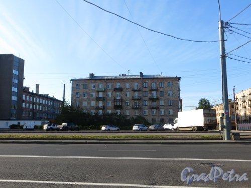 Проспект КИМа, дом 13. Торец жилого дома со стороны Уральской улицы. Фото 14 июня 2015 года.