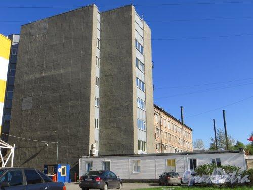 проспект КИМа, дом 13, корпус 2, литера К. Общий вид здания со стороны парковки строительного гипермаркета «К-Раута». Фото 9 мая 2015 года.