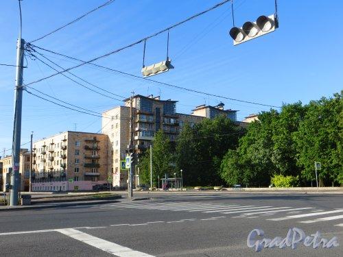 Проспект КИМа, дом 28. Общий вид угловой части жилого дома. Фото 14 июня 2015 года.