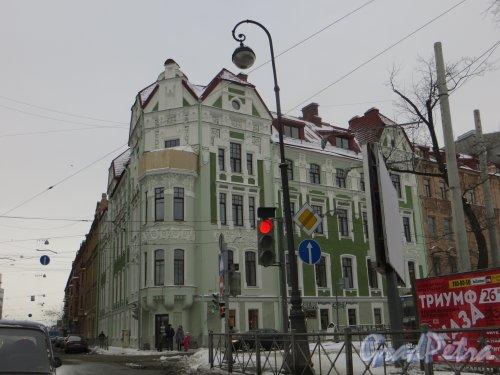 Кронверкский проспект, д. 79 / проспект Добролюбова, дом 1. Общий вид угловой части здания после реставрации. Фото 2 февраля 2014 года.