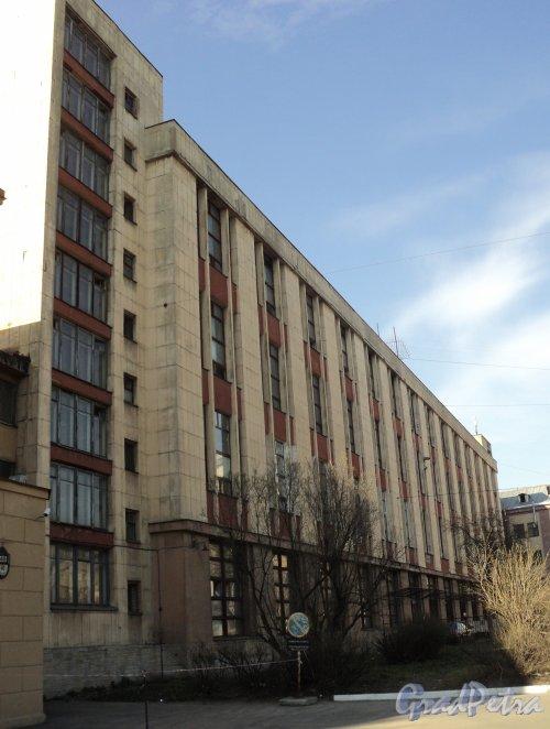 Чкаловский проспект, дом 48. Общий вид здания. Фото 25 апреля 2011 года.