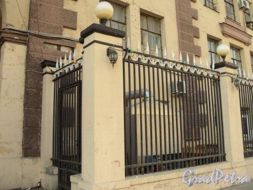 Чкаловский пр., дом 50. Ограда со стороны Чкаловского проспекта. Фото 25 апреля 2011 года.