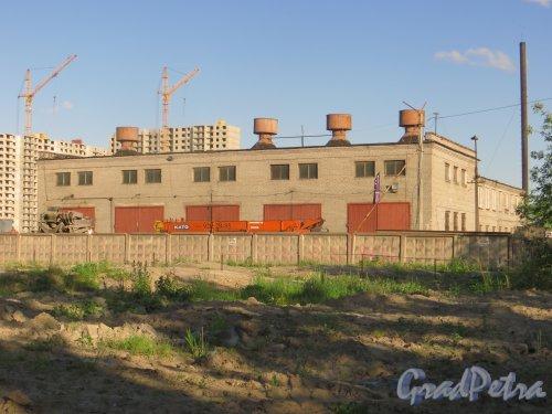 проспект Космонавтов, дом 102, литера А. Фасад административного здания со стороны Дунайского проспекта. Фото 7 июня 2015 года.