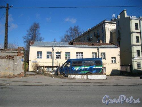 Кондратьевский проспект, дом 16/11, литера Б. Общий вид дворового флигеля. Фото 28 апреля 2013 года.