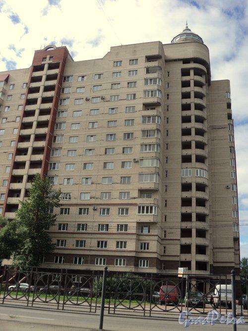 Индустриальный проспект, дом 40, корп. 1 / Ириновский проспект, дом 19. Фасад жилого дома. Фото 11 сентября 2011 года.