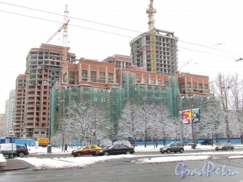 Строительство корпусов жилого комплекса «Граф Орлов» (Московский пр., д. 183-185) со стороны Московского проспекта. Вид от Авиационной улицы. Фото 15 февраля 2016 года.