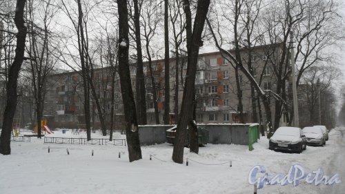 Институтский проспект, дом 1. 5-этажный жилой дом серии 1-528кп 1965 года постройки. 5 парадных, 99 квартир, из них 25 2-комнатных и 74 1-комнатные квартиры. Вид дома со двора.  Фото 27 февраля 2016 года.
