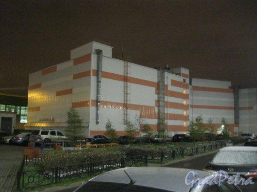 Коломяжский пр., дом 15, корпус 8. Фрагмент здания парковки. Вид со стороны двора дома 15, корпус 1. Фото 25 ноября 2015 г.