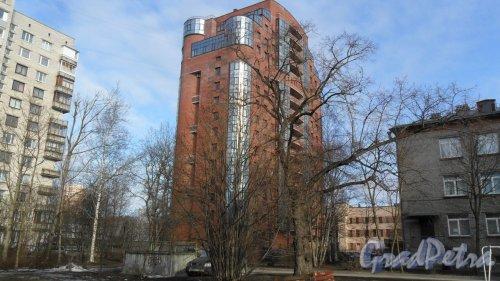 Институтский проспект, дом 11. 16-этажный жилой дом 2014 года постройки. Вид дома с проспекта Пархоменко. Фото 13 марта 2016 года.