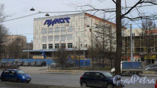"""2-й Муринский проспект, дом 36. Кинотеатр """"Выборгский"""", построен в 1962 году по типовому проекту. Реконструкция в 2003 году компанией """"С.Э.Т"""" под кинотеатр """"Пилот"""". На сегодняшний день здание проходит реконструкцию. Фото 18 марта 2016 года."""