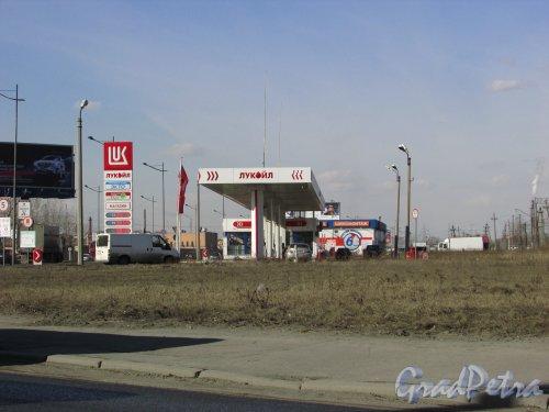 Витебский проспект, дом 10, литера А. Автозаправочная станция «Лукойл». Вид С Благодатной улицы. Фото 22 марта 2016 года.
