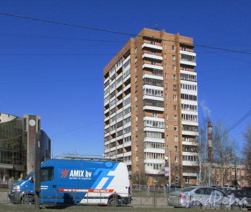 Заневский проспект, дом 26, корпус 1, литера А. Общий вид жилого дома со стороны Заневского проспекта. Фото 22 марта 2016 года.
