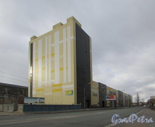 Проспект Энергетиков, дом 8. Общий вид торгово-офисного центра (бывшего здания металлургического цеха завода «ЛенТрубЛит»). Фото 20 марта 2016 года.