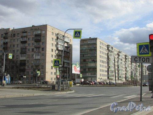 город Колпино, Заводской проспект, дом 2 (левый) и дом 4 (правый). Общий вид угловой части. Фото 21 марта 2016 года.