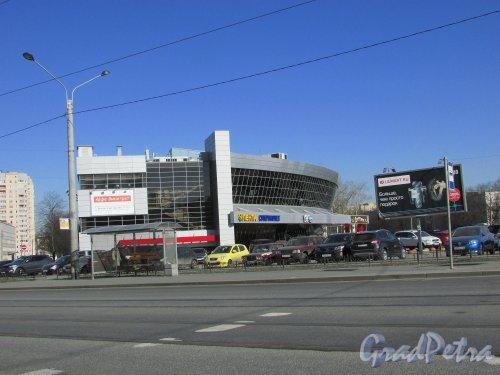 проспект Юрия Гагарина, дом 71, литера А. Общий вид торгового центра со стороны улицы Ленсовета и вход магазин «Лента». Фото 22 марта 2016 года.