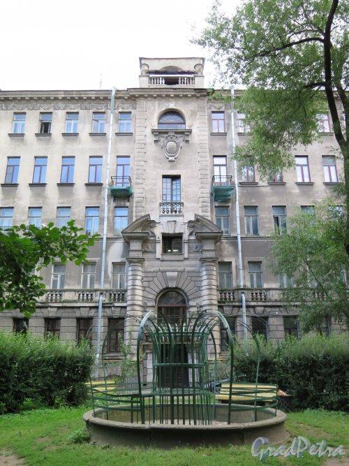 Литейный пр., дом 46. Доходный дом Е. С. Гукасовой. Двор. Фото август 2014 г.
