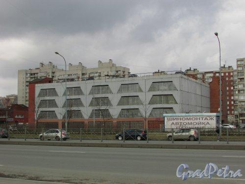 Дунайский проспект, дом 28, литера А. Общий вид многоуровневого паркинга. Фото 7 апреля 2016 года.