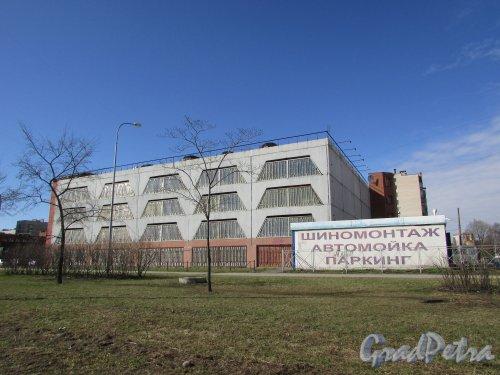 Дунайский проспект, дом 28, литера А. Общий вид многоэтажного гаража. Фото 15  апреля 2016 года.