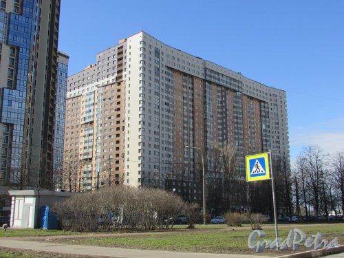 проспект Космонавтов, дом 61, корпус 1, литера А. Фасад жилого дома «Гранд Фамилия» со стороны проспекта Космонавтов. Фото 16 апреля 2016 года.