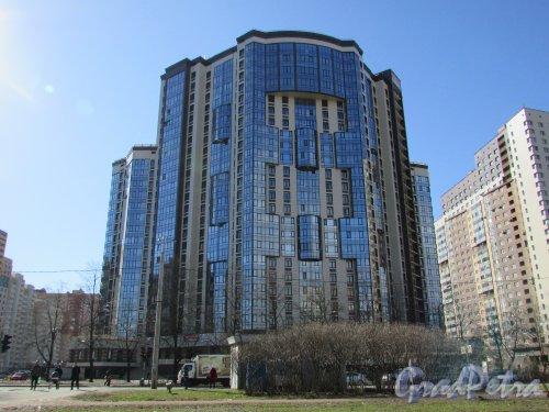 проспект Космонавтов, дом 63, корпус 1, литера А. Общий вид жилого комплекса «Гранд Фамилия» со стороны проспекта Космонавтов. Фото 16 апреля 2016 года.