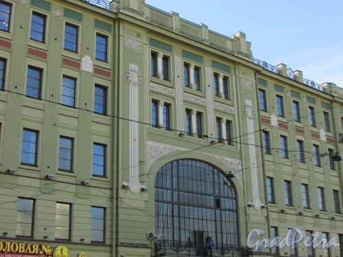 Лиговский проспект, дом 43-45, литера А. Общий вид центральной части фасада со стороны Лиговского проспекта после ремонта. Фото 16 апреля 2016 года.