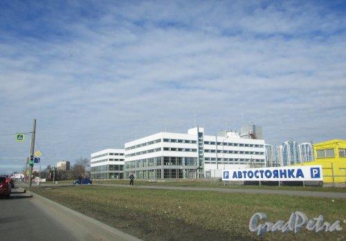 Проспект Юрия Гагарина, дом 32, корпус 6 (литера А и литера Б). Общий вид многоярусных гаражей-паркингов со стороны проспекта Юрия Гагарина. Фото 16 апреля 2016 года.
