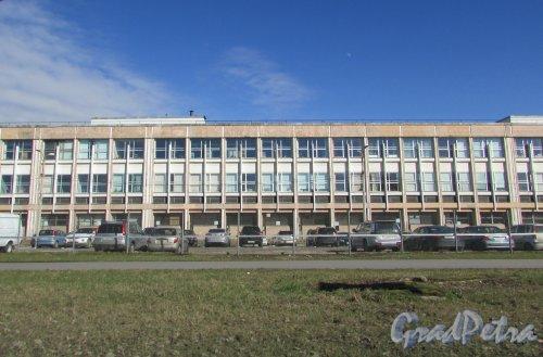 Проспект Юрия Гагарина, дом 34, литера А. Фрагмент фасада корпуса ОАО «Экспериментальный завод» со стороны проспекта Юрия Гагарина. Фото 16 апреля 2016 года.