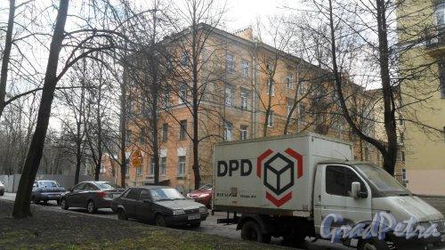 Ярославский проспект, дом 1. 4-этажный жилой дом 1952 года постройки, 2 парадные, 5 квартир, 39 комнат. Вид дома с Нежинской улицы. Фото 20 апреля 2016 года.