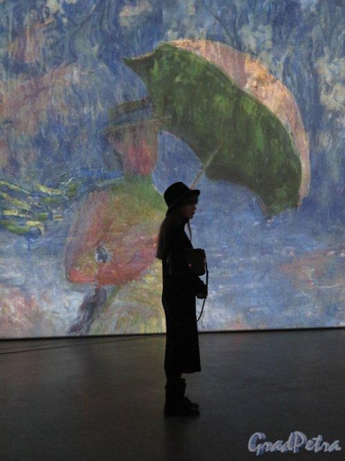Большой пр., В.О., д. 103. Комплекс «ЛенЭкспо». Мультимедийная выставка «От Моне до Сезанна. Французские импрессионисты». На фоне Картины Моне