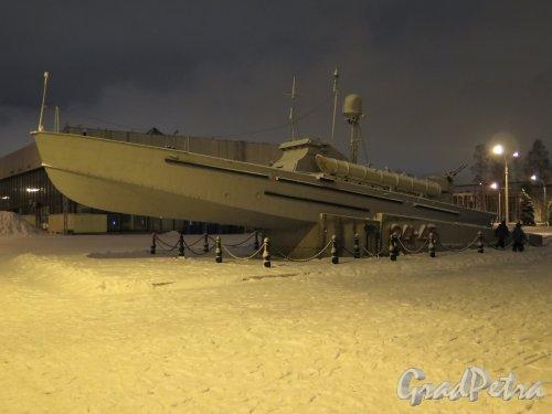 Большой пр., 103. Памятник героическим морякам торпедных катеров Балтики на территории «ЛЕНЭКСПО» в вечернее время. Фото январь 2015 г.