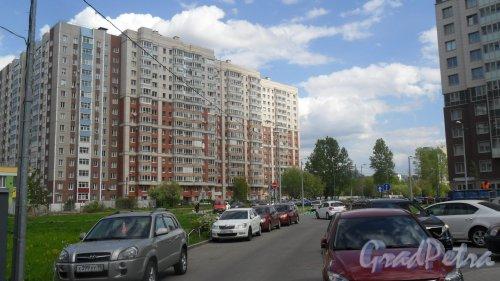 """Дунайский проспект, дом 7, корпус 3. ЖК """"Лето"""". Справа кирпично-монолитная часть здания, слева панельная серии оптима. Фото 16 мая 2016 года."""