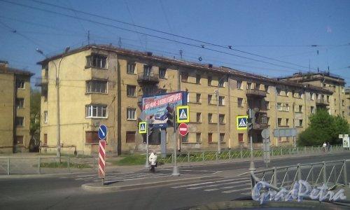 Кондратьевский пр., дом 40, корпус 1. Общий вид с ул. Жукова на частично расселённый дом. Фото 15 мая 2016 г.
