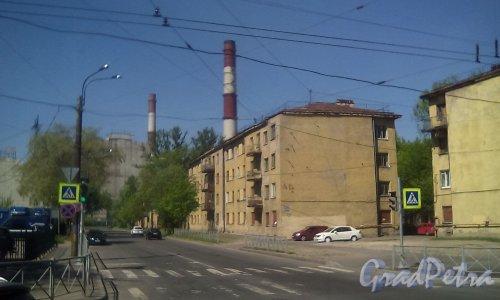 Кондратьевский пр., дом 40, корпус 2. Общий вид с ул. Жукова на частично расселённый дом. Фото 15 мая 2016 г.