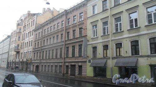 Вознесенский проспект, дом 20. 4-этажный жилой дом 1798 года постройки. Год проведения реконструкции 2000. 3 парадные, 35 квартир. Все квартиры в доме являются отдельными. Фото 28 июня 2016 года.