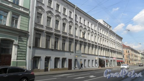 Вознесенский проспект, дом 13 / ул. Декабристов, дом 2. 4-этажный жилой дом 1798 года постройки.