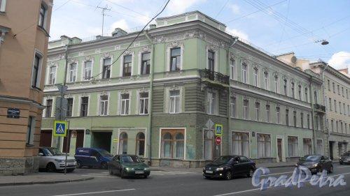Вознесенский проспект, дом 7 / пер. Пирогова, дом 1. 3-этажный жилой дом 1861 года постройки. 5 парадных, 15 квартир. Фото 30 июня 2016 года.