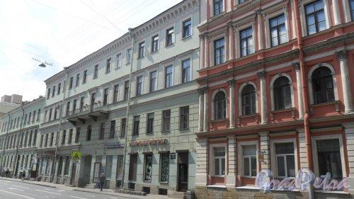 Вознесенский проспект, дом 33. 4-этажный жилой дом 1832 года постройки. 8 парадных, 46 квартир. Фото 30 июня 2016 года.